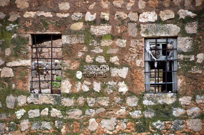 Architektoniczny recykling - ściana współczesnego budynku we wsi Oğuz