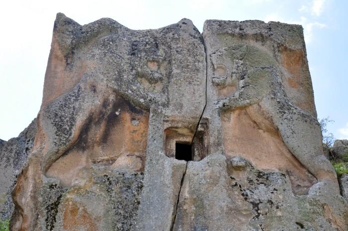 Ryczące lwy z monumentu Aslantaş w dolinie Göynüş