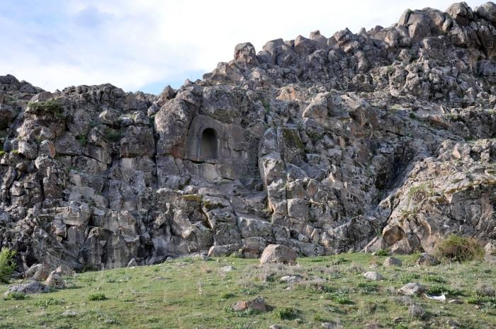 Grecki relief z koniem wykuty w ścianie skalnej