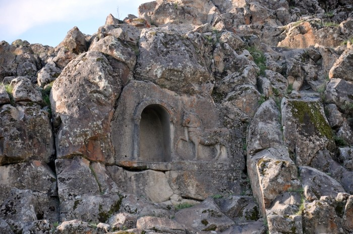 Grecki relief z koniem w zbliżeniu