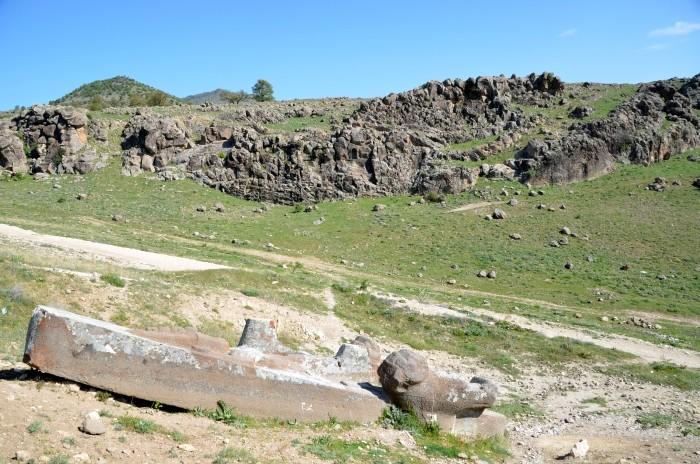 Na pierwszym planie -  monument hetycki w Fasıllar, a w tle - relief z koniem