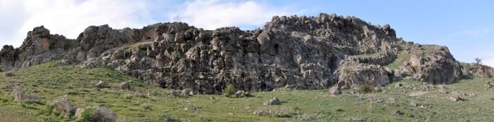 Widok panoramiczny na skały z reliefem greckim
