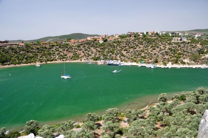 Widok na zatokę Güllük i wieś Kıyıkışlacık z murów obronnych Iasos