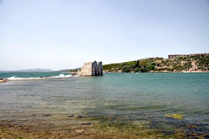 Wieża z okresu bizantyjskiego na wodach zatoki
