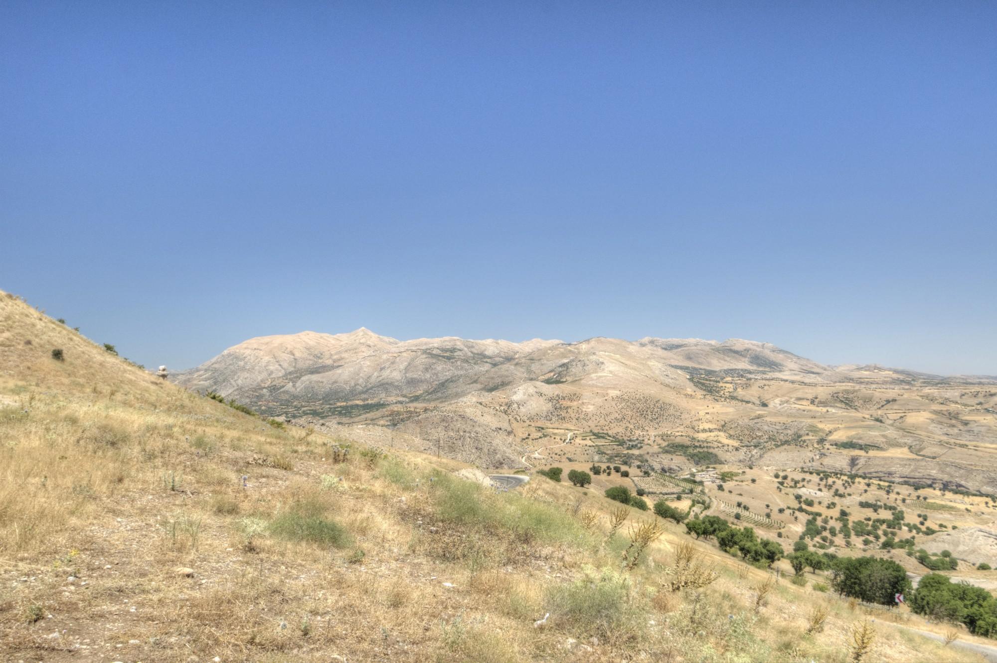 Widok na górę Nemrut z tumulusa Karakuş