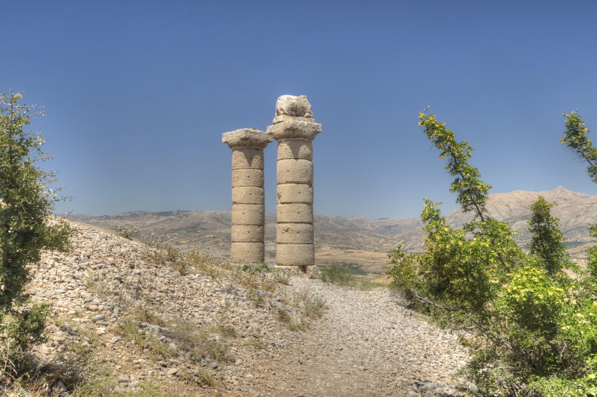 Tumulus Karakuş - dwie kolumny z rzeźbą jelenia i inskrypcją