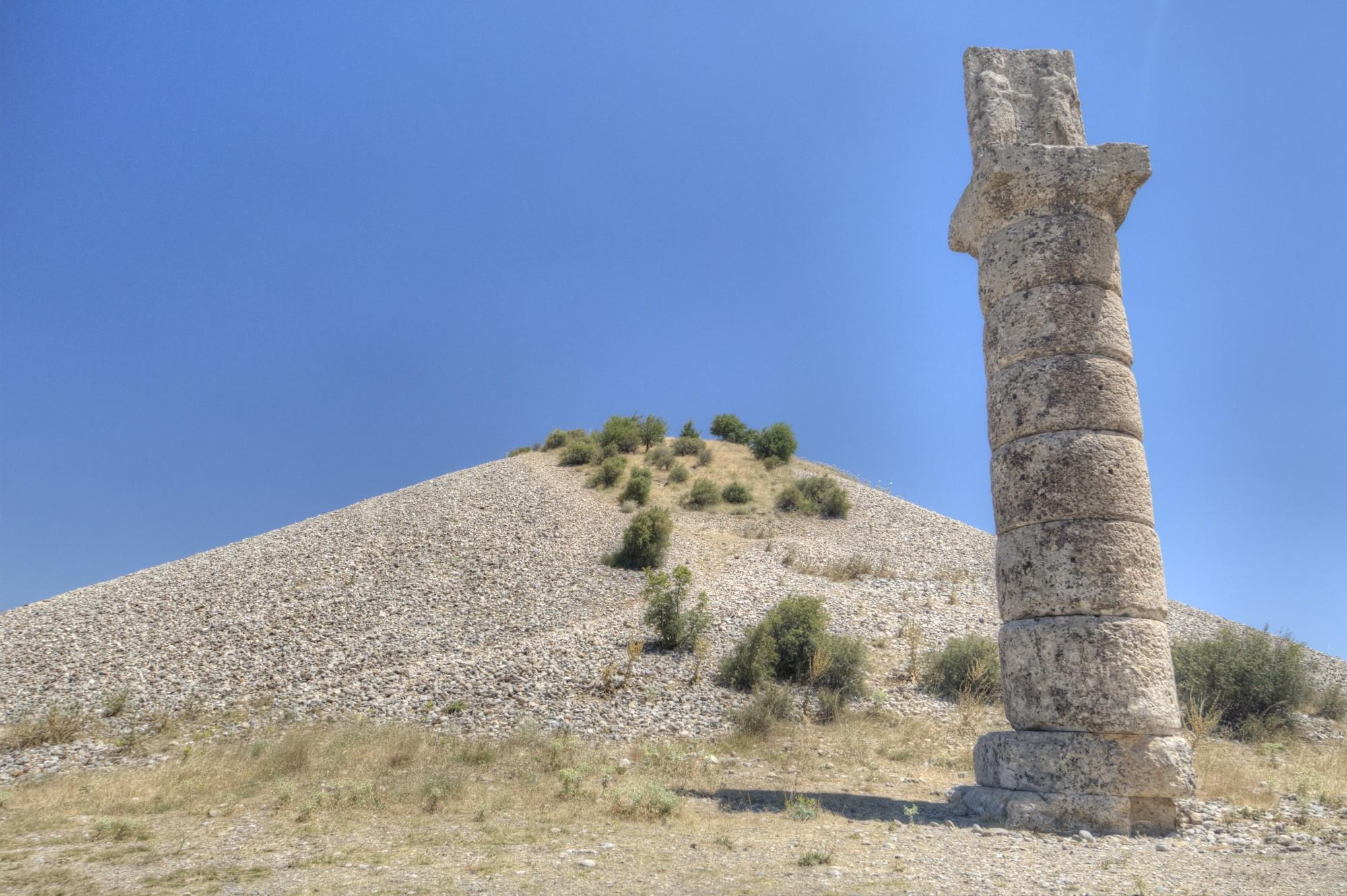 Tumulus Karakuş - relief z osobami wymieniającymi uścisk dłoni