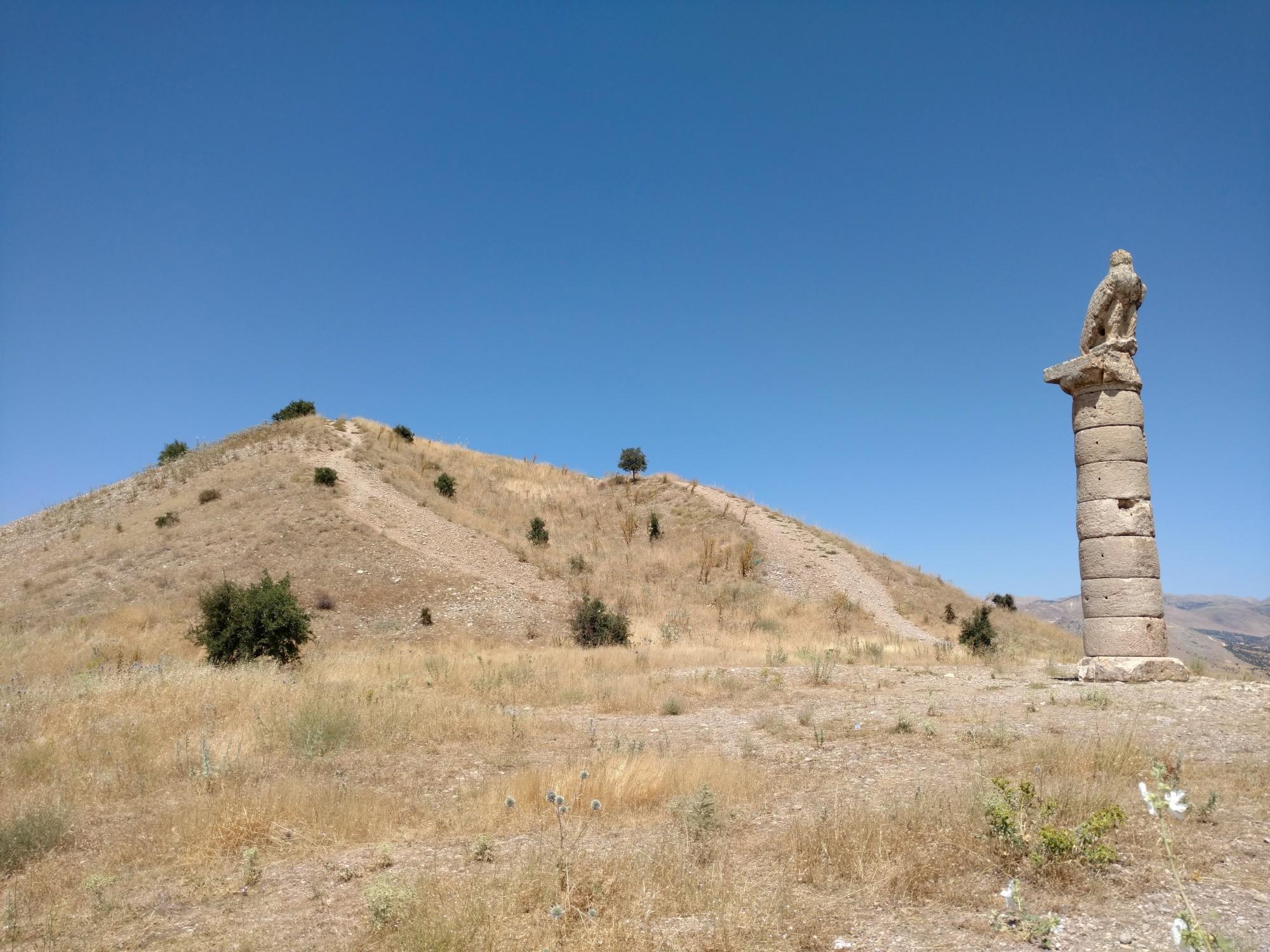 Tumulus Karakuş - kolumna z orłem