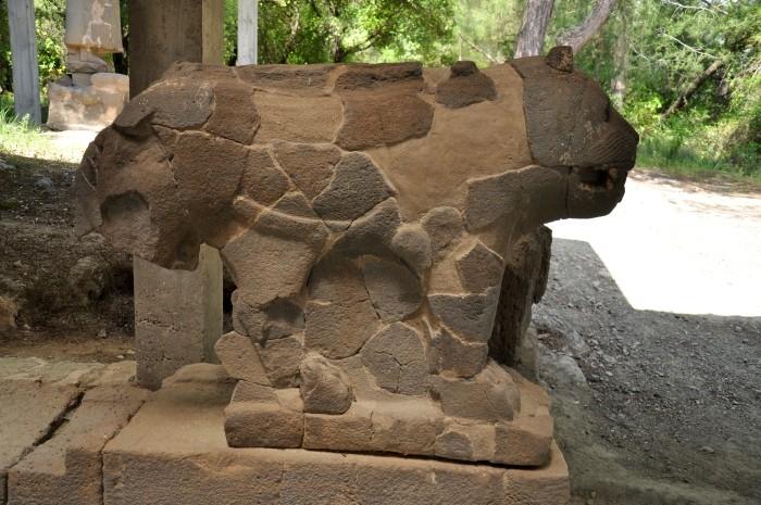 Kamienny lew strzegący bramy południowej