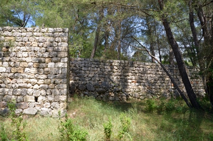 Zachowany odcinek murów obronnych Karatepe