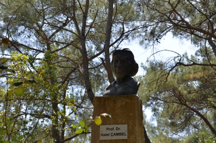 Popiersie profesor Halet Çambel na terenie Parku Narodowego Karatepe-Aslantaş