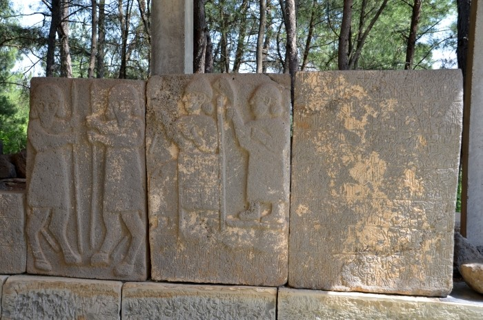 Reliefy i hieroglify na ortostatach bramy południowej