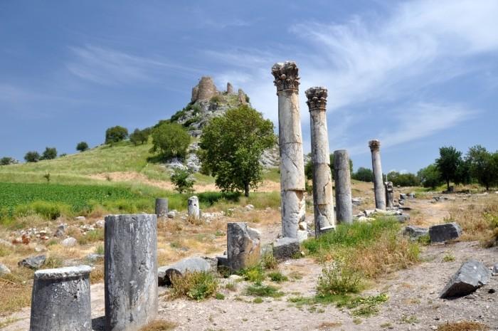 Ulica kolumnadowa w Kastabali, a w tle - zamek Bodrum