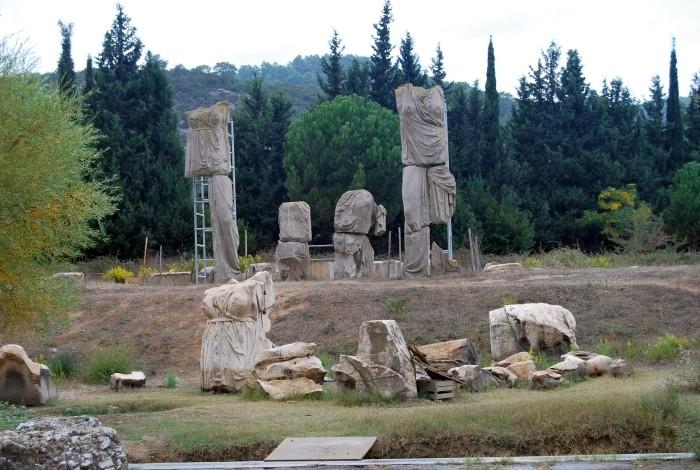 Zrekonstruowane pomniki bóstw greckich w Klaros