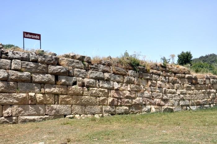 Mur podtrzymujący jeden ze sztucznych tarasów w Labrandzie