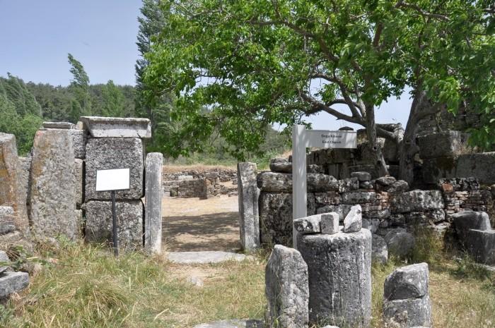 Ruiny tzw. wschodniego kościoła w Labrandzie