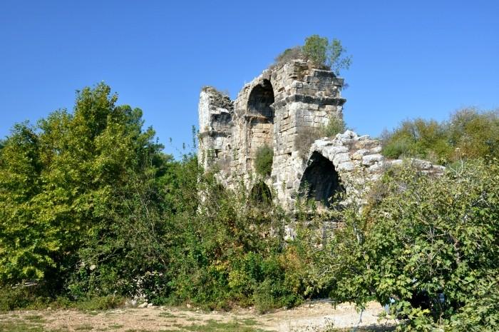 Rzymski akwedukt przy drodze do Lyrbe