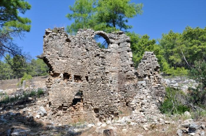 Zrujnowany budynek w Lyrbe