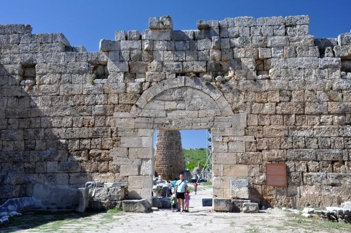 Rzymska brama w Perge