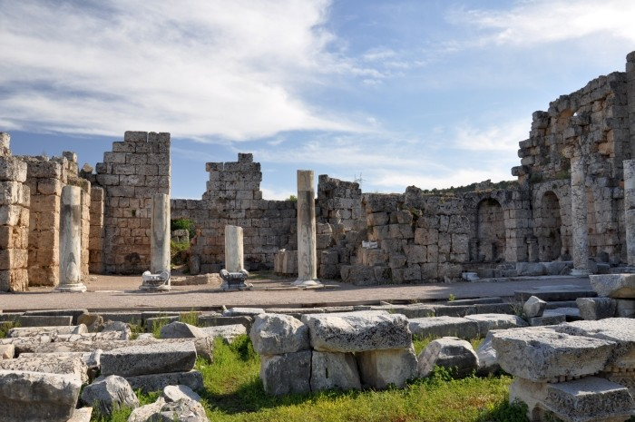 Propylon przy łaźniach rzymskich w Perge