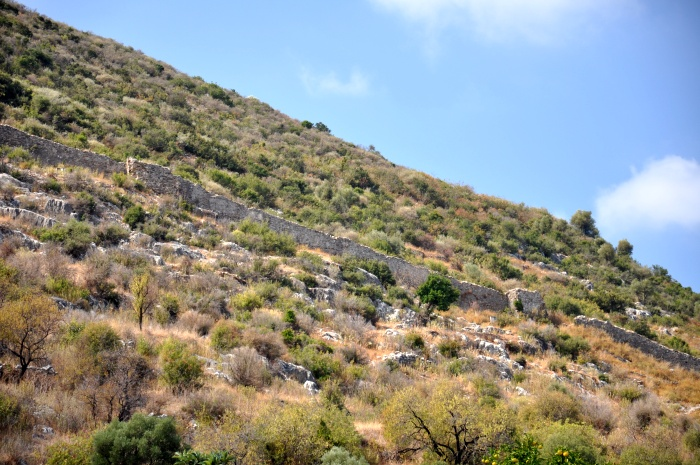 Mury obronne na wzgórzu