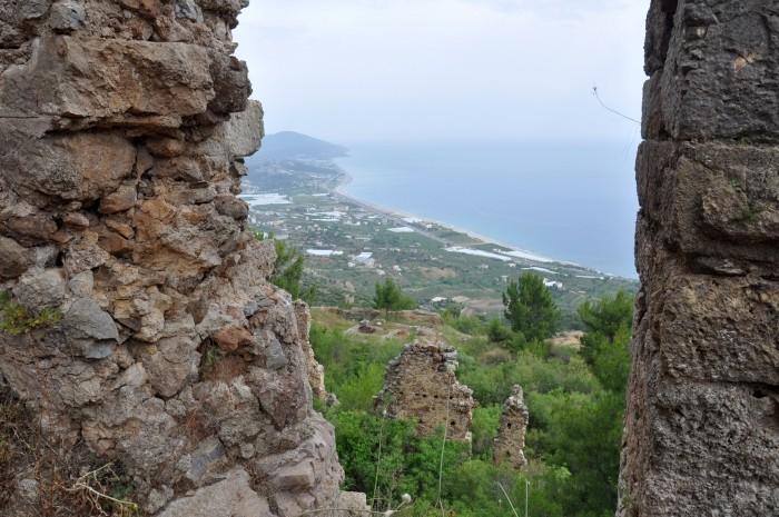 Widok na wybrzeże Morza Śródziemnego z łaźni w Syedrze