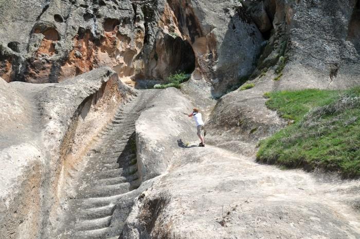 Wykute w skale schody do cysterny