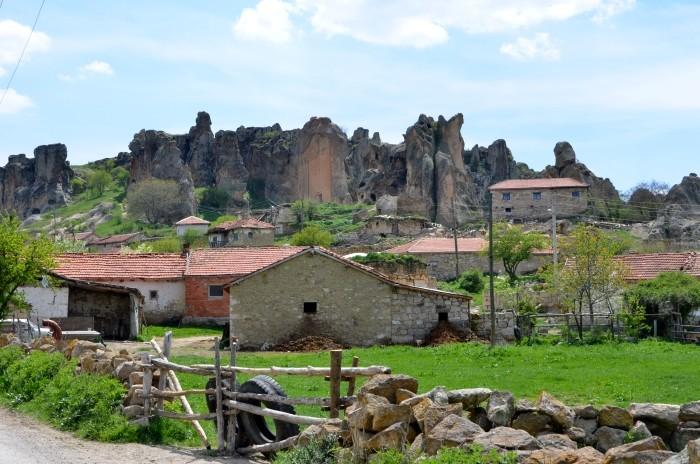 Widok z parkingu na wieś i Monument Midasa w Yazılıkaya