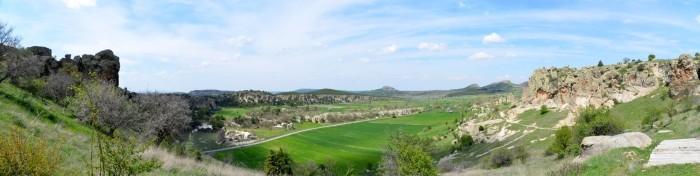 Widok panoramiczny z akropolu w Yazılıkaya, w tle widoczne są frygijskie fortece