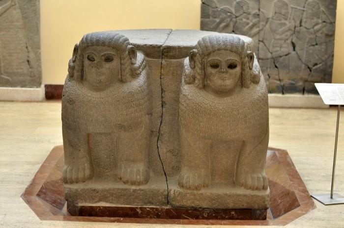 Baza kolumny znaleziona w Zincirli Höyük - ekspozycja Muzeum Archeologicznego w Stambule
