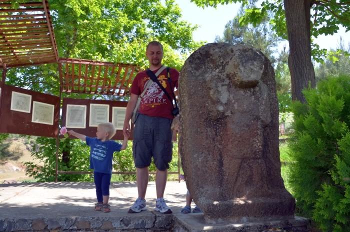Rzeźba przedstawiająca człowieka-niedźwiedzia w Yesemek